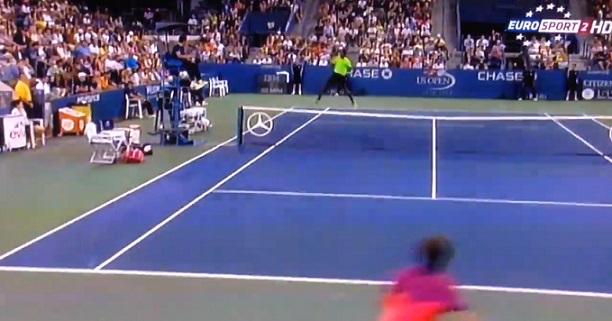 Non, l'image n'est pas photoshoppée. Gaël Monfils s'envole sur un coup droit sauté à l'US Open 2014.