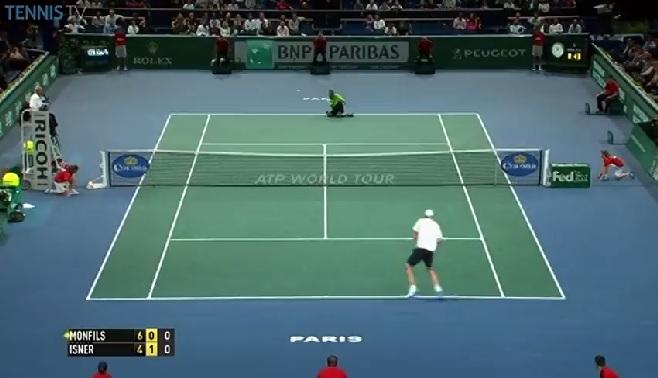 Gaël Monfils frappe un coup droit à genoux contre John Isner au Masters 1000 de Paris-Bercy 2014.