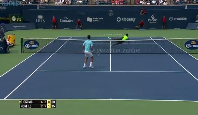 Enorme plongeon de Gaël Monfils contre Novak Djokovic au deuxième tour du Masters 1000 de Toronto 2014.