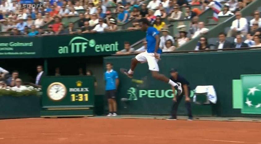 Gaël Monfls a fait le show avec ce tweener sauté monstrueux en demi-finales de la Coupe Davis 2014.