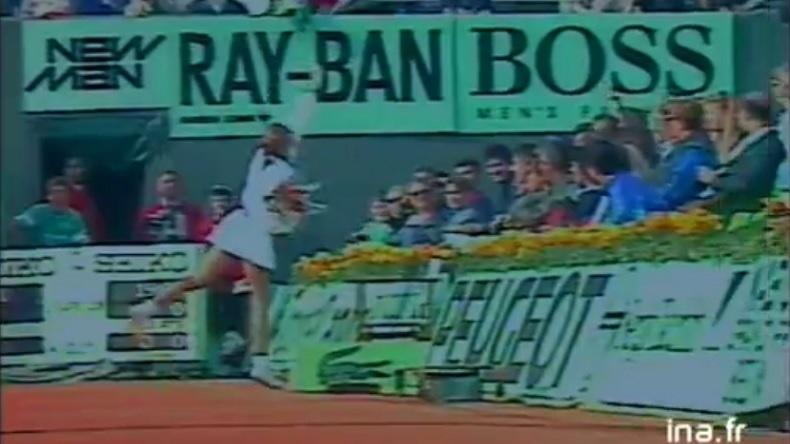 Monica Seles offre des fleurs au public avant son match contre Zina Garrison au troisième tour de Roland-Garros 1989.