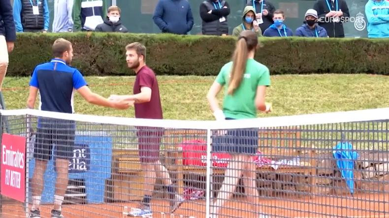 Match tendu entre Corentin Moutet et Daniel Evans à Barcelone.