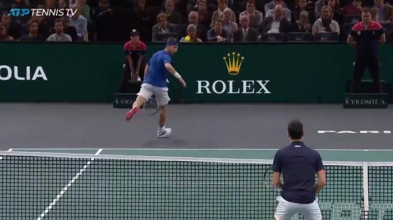 Le tweener lob de Corentin Moutet sur Djokovic au Rolex Paris Masters 2019.