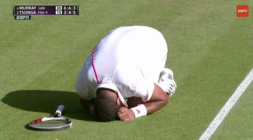 Jo-Wilfried Tsonga est au sol après avoir reçu un coup droit d'Andy Murray dans les parties sensibles.
