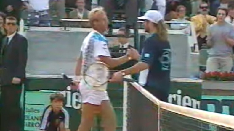 Thomas Muster sort vainqueur d'un énorme combat contre Andre Agassi au deuxième tour de Roland-Garros 1994.