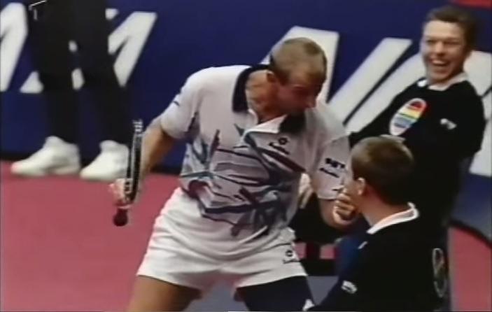 Après une défense exceptionnelle contre Pete Sampras au tournoi d'Essen, Thomas Muster célèbre son point de façon amusante.