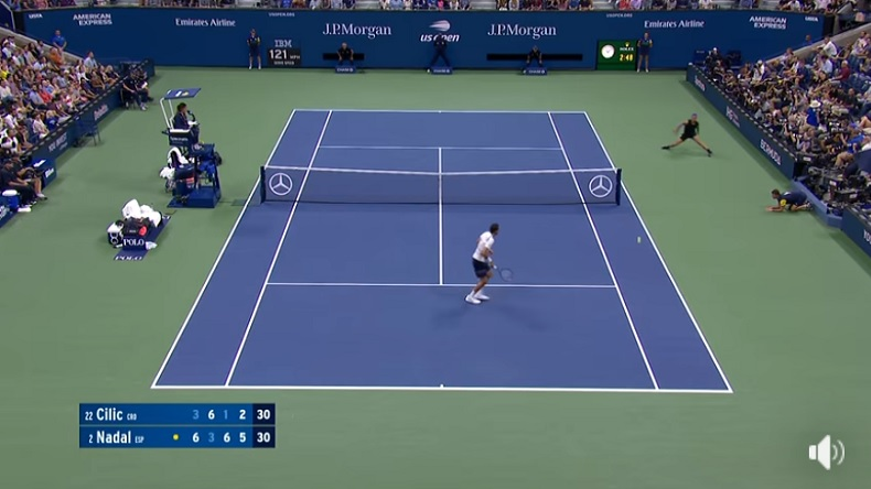 Rafael Nadal contourne le filet pour se procurer une balle de match contre Marin Cilic à l'US Open 2019.