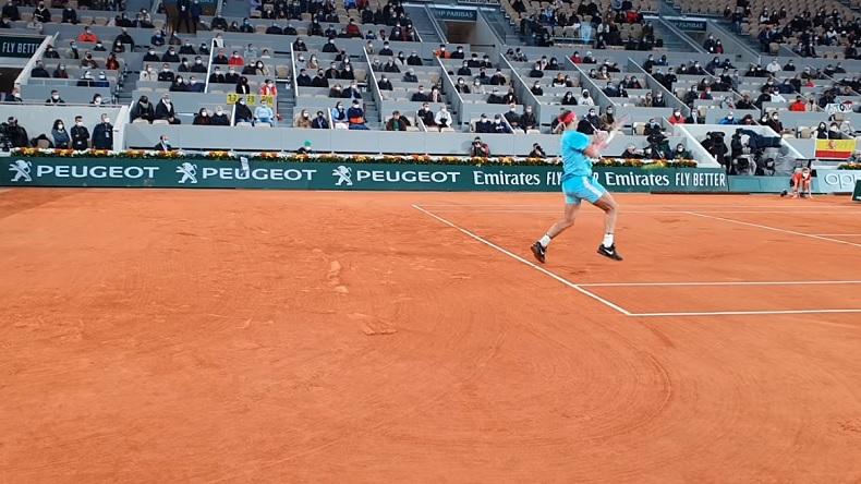 Une vidéo focalisée sur Rafael Nadal lors d'un point contre Novak Djokovic en finale de Roland-Garros 2020.