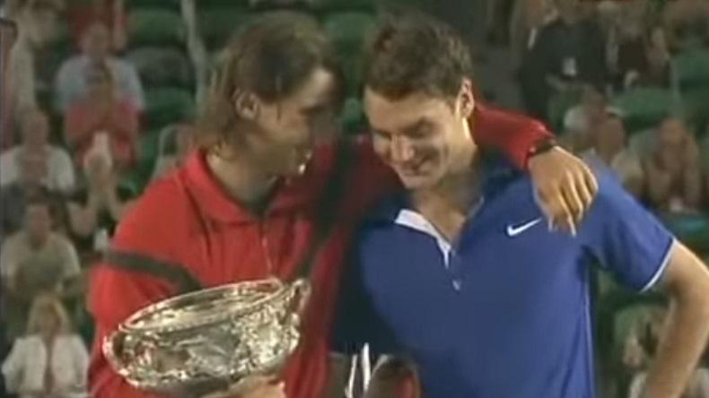 Rafa Nadal console Roger Federer après la finale épique de l'Open d'Australie 2009.