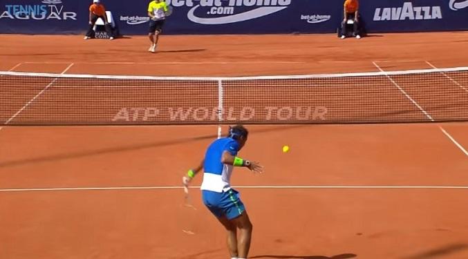 Une merveille d'amortie signée Rafael Nadal à Hambourg.