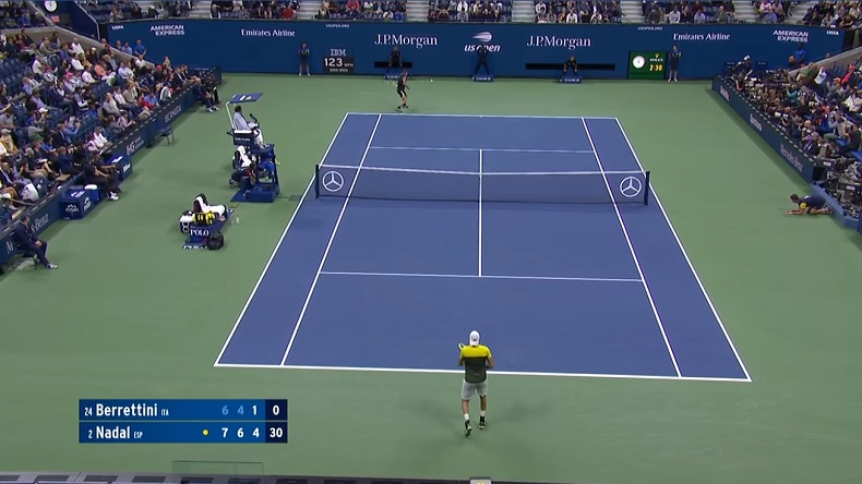 Rafa Nadal lâche un coup droit gagnant énorme en se retournant contre Matteo Berrettini en demi-finales de l'US Open 2019.