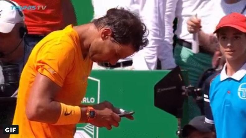 Rafa Nadal demande du rab à Carlos Moya après sa victoire en demi-finales à Monte-Carlo.