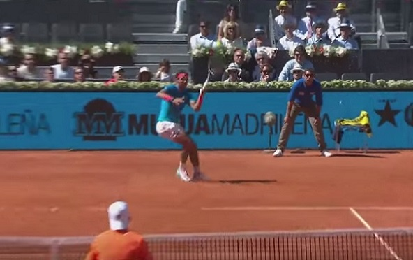 Rafael Nadal va recevoir une standing ovation pour ce lob.