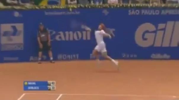 Non, Carlos Berlocq n'est pas en défense dans un point. Il tente simplement de retourner le service lobé de Rafael Nadal.