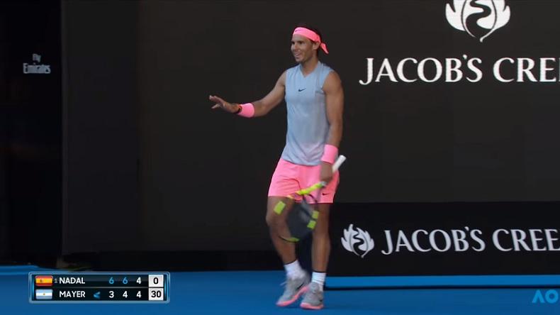 Rafa Nadal s'excuse après un retour qui a frôlé la tête d'une ramasseuse de balles à l'Open d'Australie 2018.