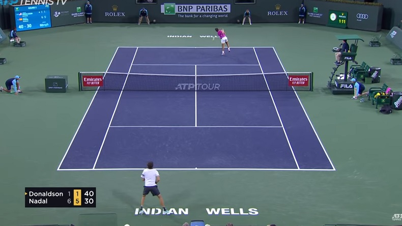 Le smash dos au filet de Rafael Nadal contre Jared Donaldson à Indian Wells.