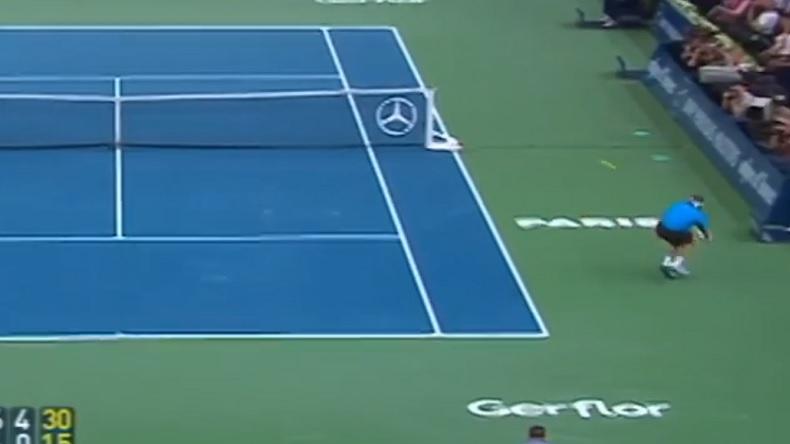 Un coup droit gagnant légendaire de David Nalbandian contre Rafael Nadal, qui contourne le filet, en finale du Masters de Paris-Bercy 2007.