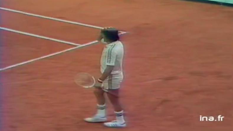 En 1981, lors de son troisième tour à Roland-Garros, le fantasque Ilie Nastase avait amusé la galerie en empruntant la casquette d'un juge de ligne.