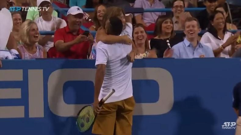 Nick Kyrgios donne une accolade à la spectatrice qui lui a conseillé où servir sur balle de match.