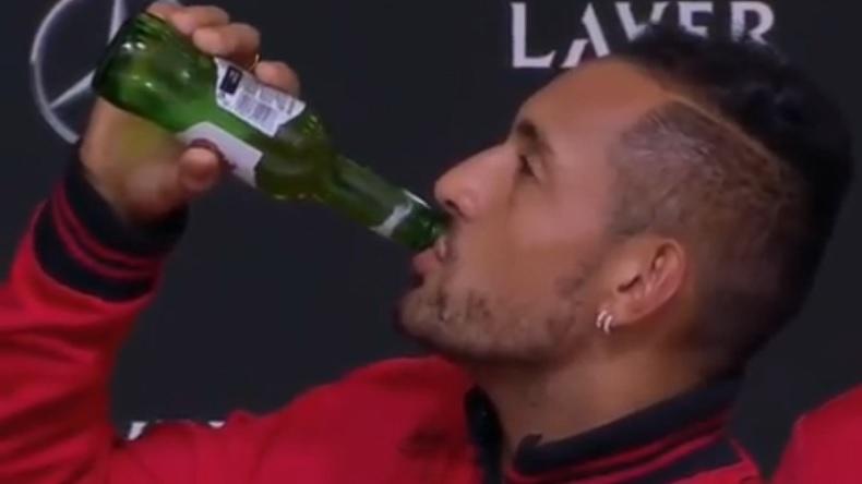 Nick Kyrgios descend une bière en conférence de presse à la Laver Cup 2019.