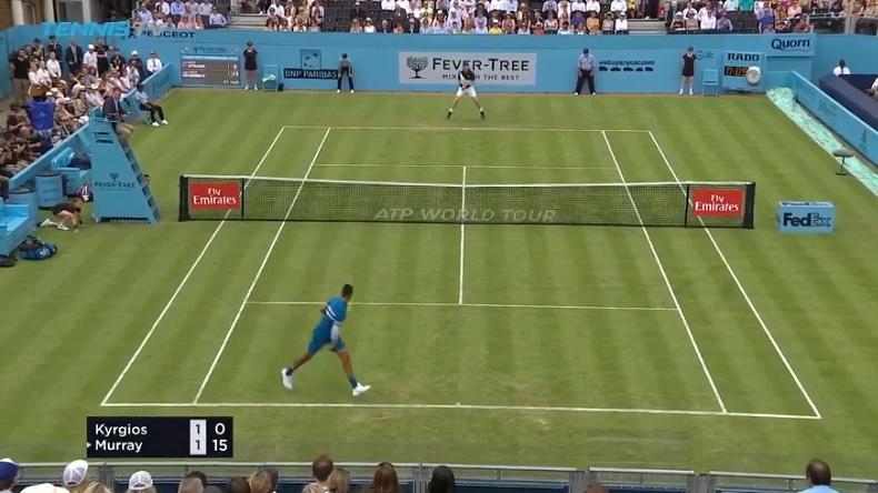Le premier des deux tweeners de Nick Kyrgios lors de ce point contre Andy Murray au Queen's.