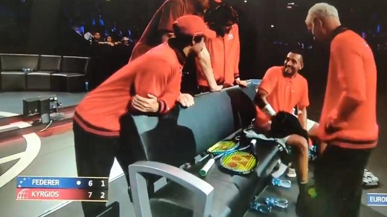 Nick Kyrgios dit à son équipe qu'il a vu une fille magnifique dans les tribunes.