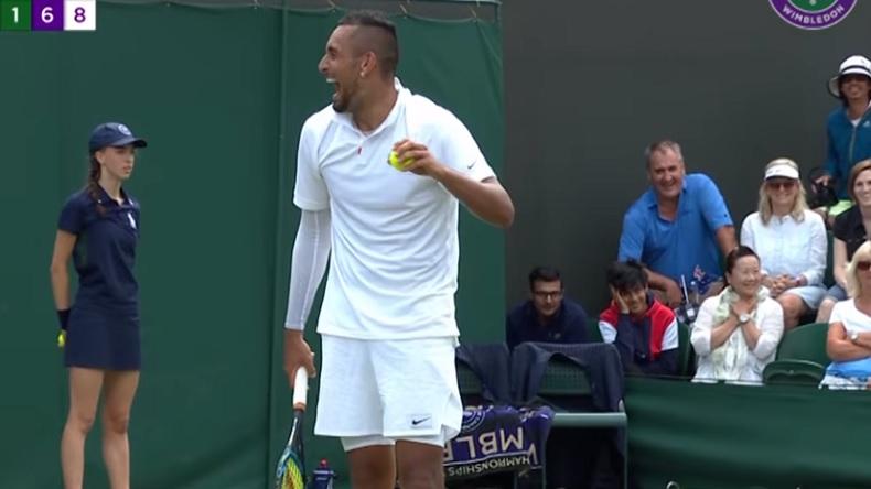 Un moment marrant sur balle de set dans le tie-break entre Nick Kyrgios et un spectateur à Wimbledon.