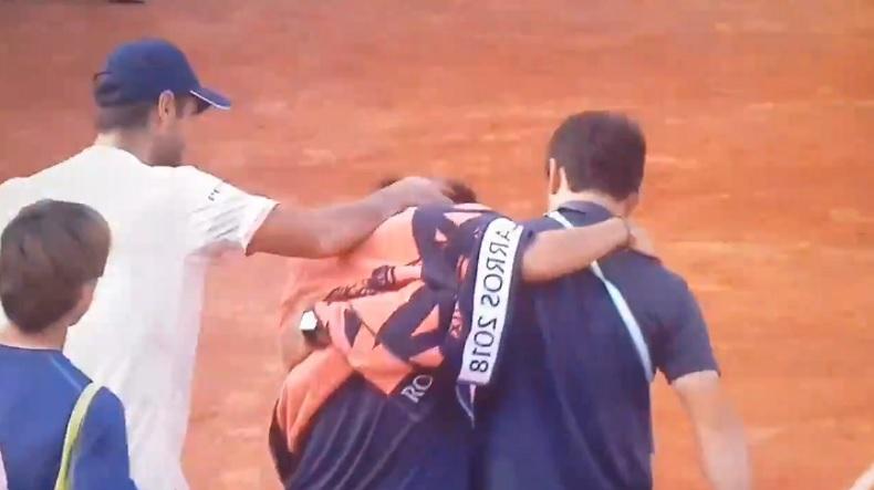 L'image forte de Nishioka quittant le court, après un match épique contre Verdasco à Roland-Garros.