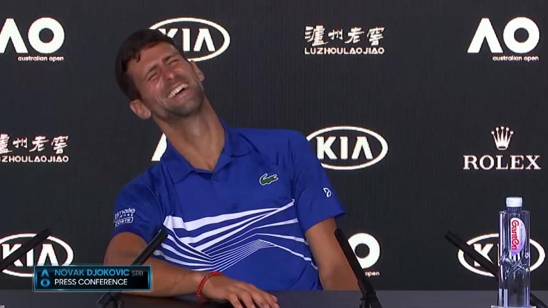 Novak Djokovic chambre gentiment un journaliste italien en conférence de presse à l'Open d'Australie 2019.