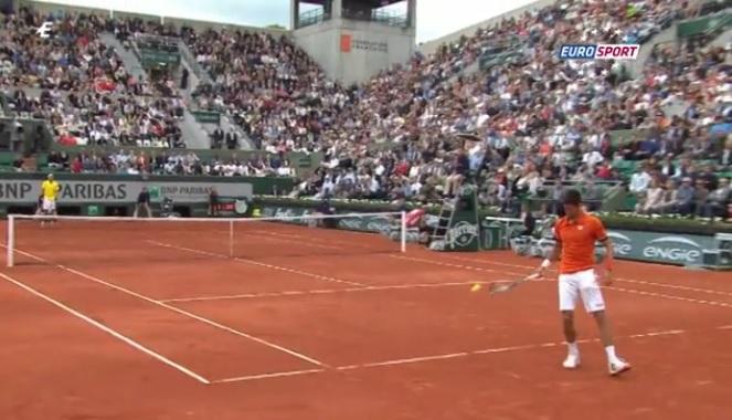 Novak Djokovic perd un point bêtement à Roland Garros sur une erreur d'inattention.