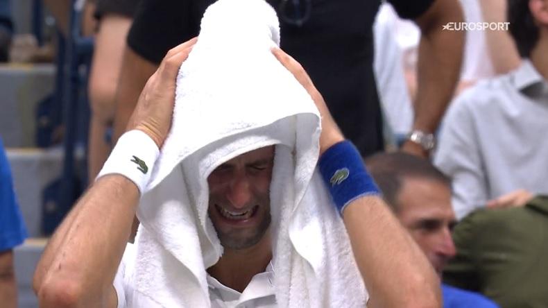 Novak Djokovic, en larmes, au dernier changement de côté, après avoir reçu une ovation en finale de l'US Open 2021.