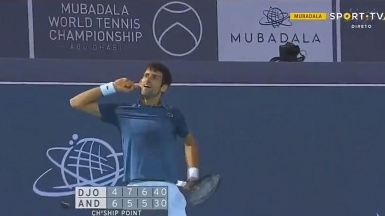 Novak Djokovic célèbre sa victoire à l'exhibtion d'Abu Dhabi 2019 après une balle de match phénoménale.