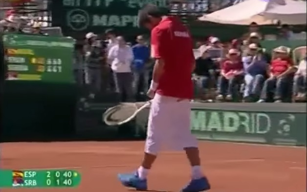 Comme le grand Marat Safin, Novak Djokovic baisse son short après un point.