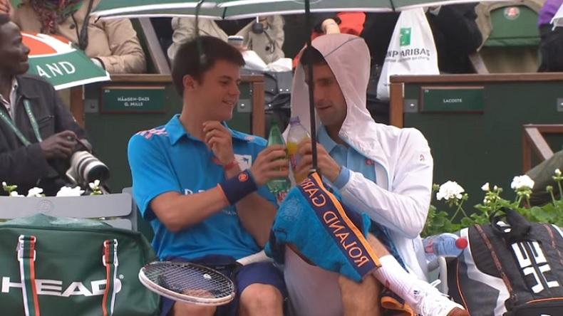 Novak Djokovic trinque avec un ramasseur à Roland-Garros.