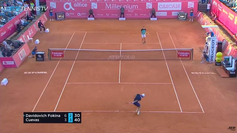 Pris à contre-pied, Pablo Cuevas improvise avec un coup dans le dos et va gagner le point à Estoril.