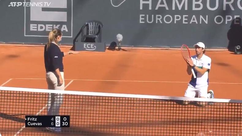 La réaction amusante de Pablo Cuevas, qui supplie l'arbitre de revenir voir la marque, au tournoi de Hambourg 2020.