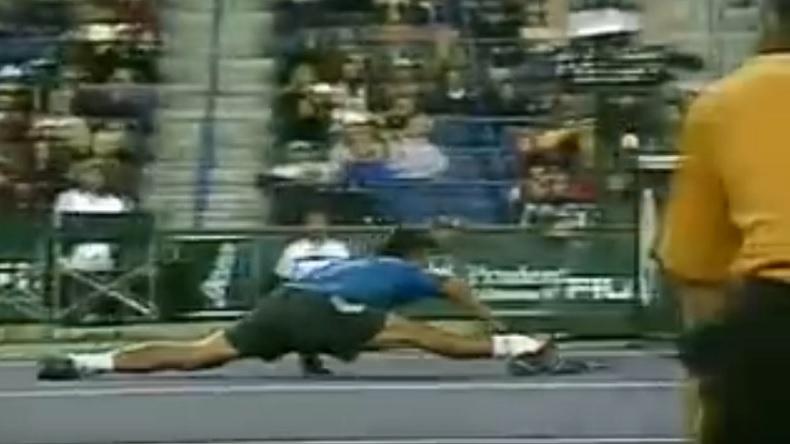 Paradorn Srichaphan réalise une contre-amortie sublime, en grand écart, au Masters d'Indian Wells 2006.