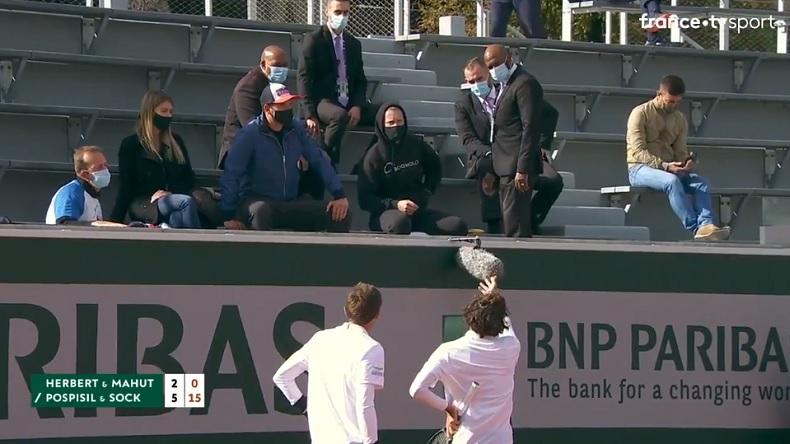 Pierre-Hugues Herbert empêche un agent de sécurité de virer le coach de Jack Sock, en plein double.