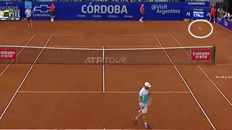 Quelle est la règle quand la balle touche le poteau du filet et revient dans le court ? Il y a deux réponses.