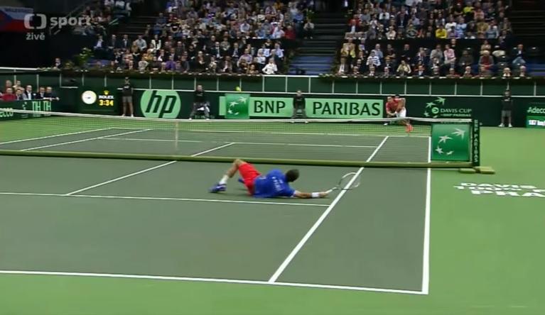 Radek Stepanek met le feu à l'O2 Arena de Prague avec cette volée en plongeant lors de la finale de la Coupe Davis 2012.