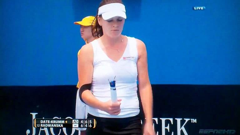 Agnieszka Radwanska tient sa raquette à l'Open d'Australie 2011. Enfin ce qu'il en reste.