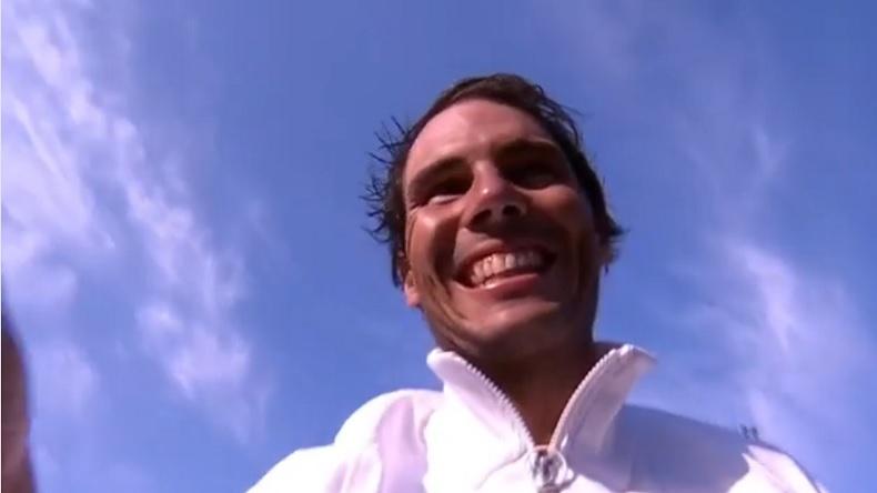 Rafa Nadal, tout sourire, après avoir regardé les résultats de Tiger Woods à l'USPGA 2018.
