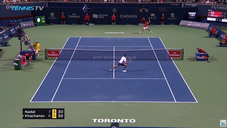 La trajectoire de ce banana shot de Nadal, en demi-finales du Masters de Toronto 2018, est un régal.