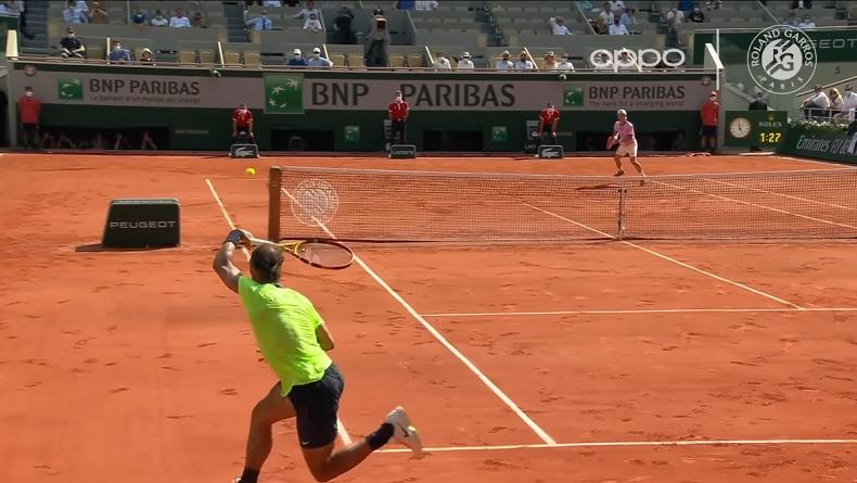 Rafael Nadal punit Diego Schwartzman sur ce passing en bout de course à Roland-Garros 2021.