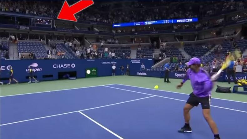La précision de Rafa Nadal qui envoie une balle dans le studio d'ESPN à l'US Open 2019.