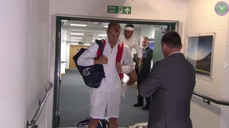 Rafael Nadal se cogne la tête en sautant juste avant de rentrer sur le court à Wimbledon.