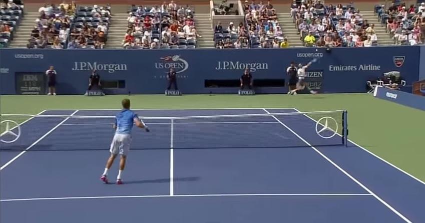 Rafael Nadal réussit un passing en smashant au premier tour de l'US Open 2013.