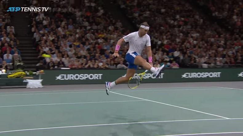 La belle improvisation de Rafael Nadal avec ce tweener contre Tsonga à Bercy.
