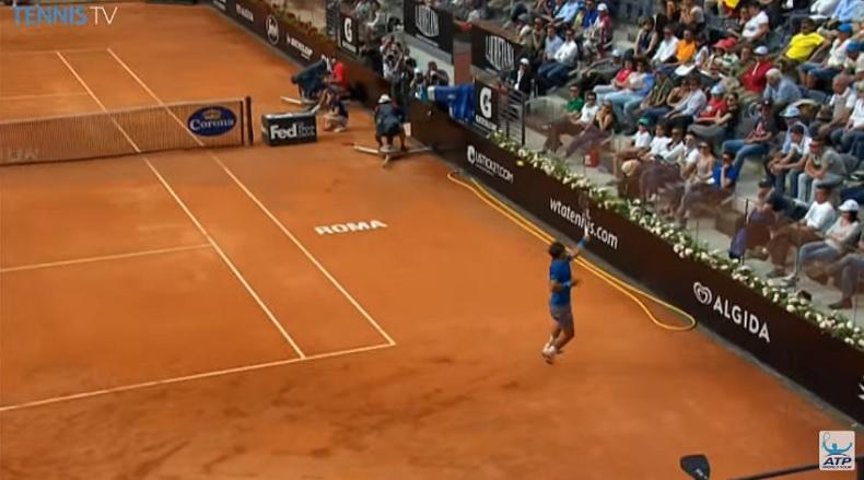 Le smash de revers gagnant du fond du court de Rafa Nadal.