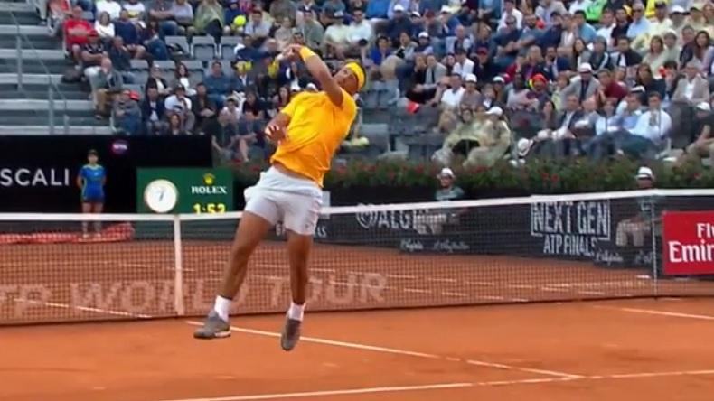Rafa Nadal fait un smash dos au filet hallucinant en finale du tournoi de Rome 2018